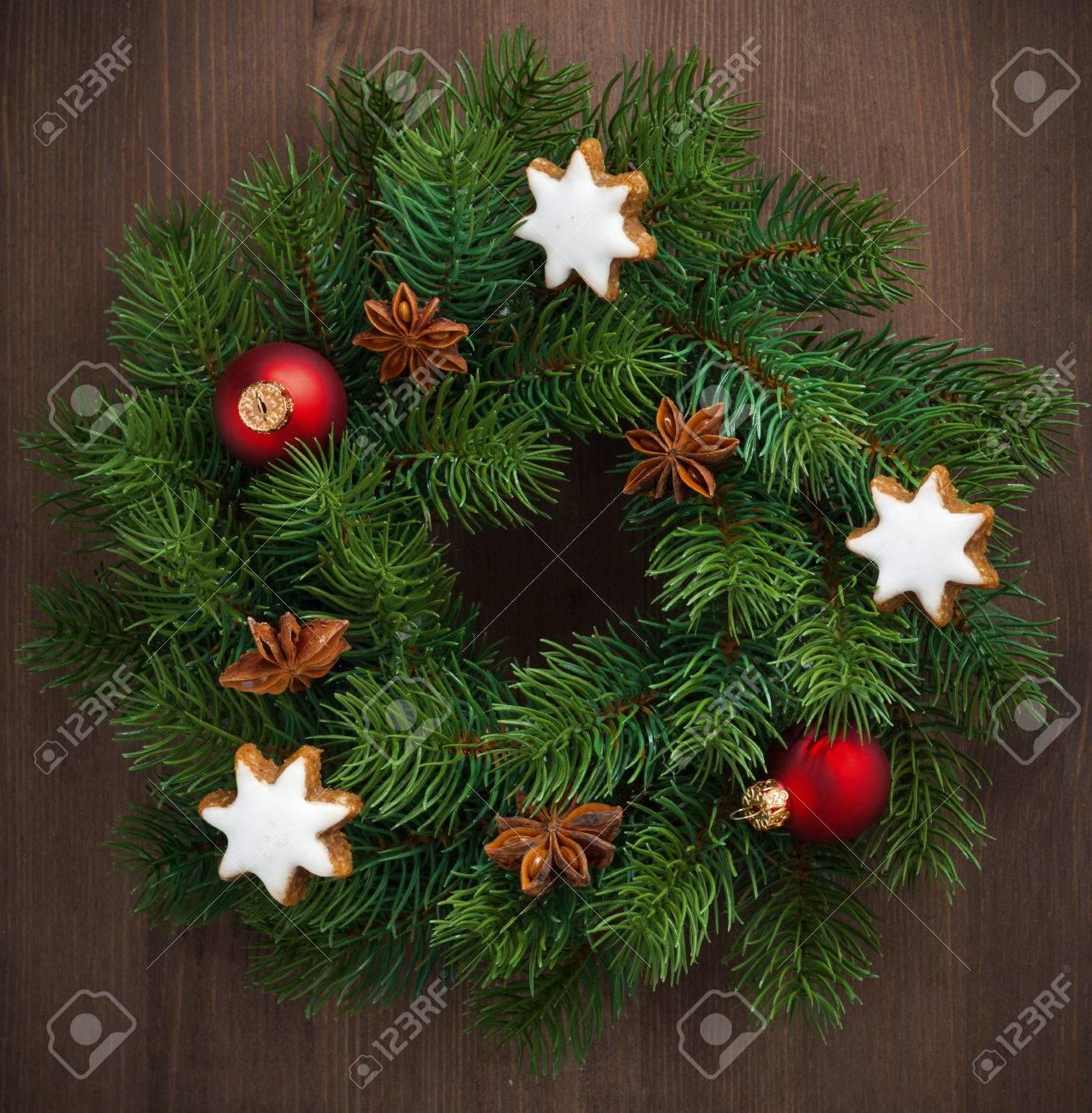 corona verde di natale con biscotti e decorazioni, close-up, vista ... - Decorazioni Con Biscotti