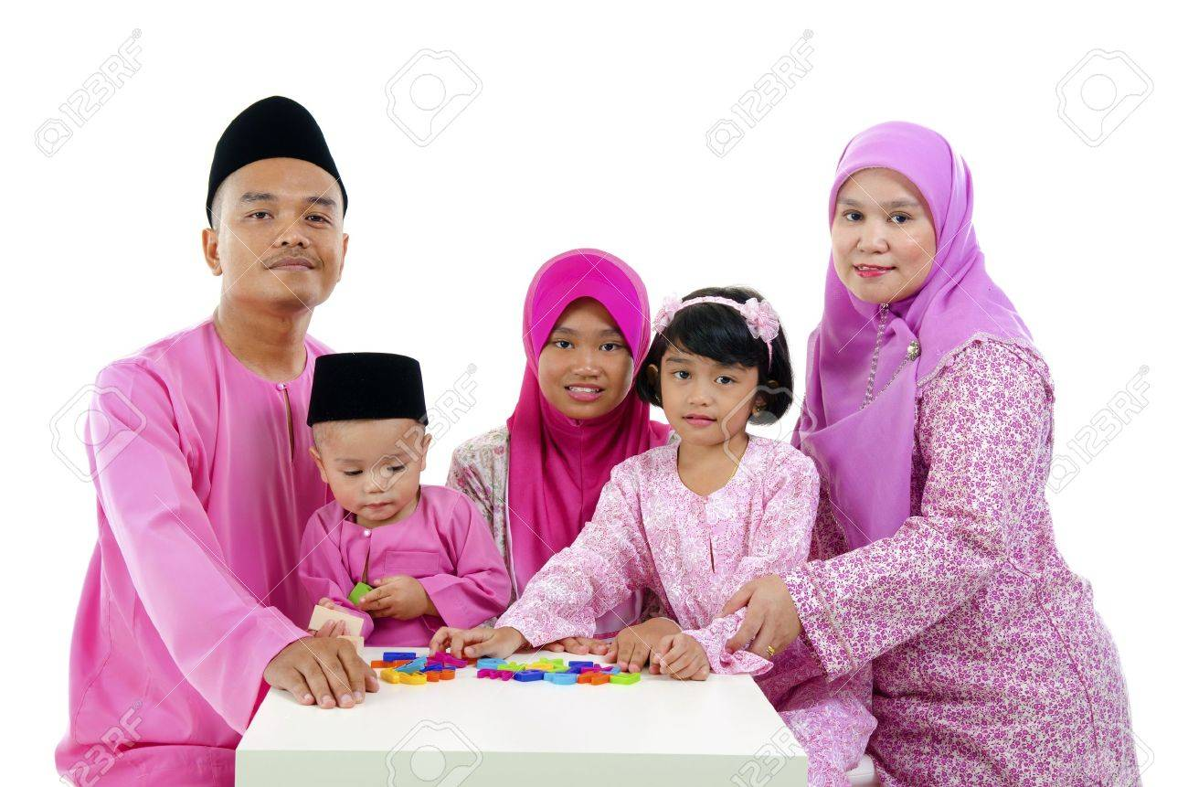 malay family during hari raya  aidilfitri having fun with toys Stock Photo - 14898750