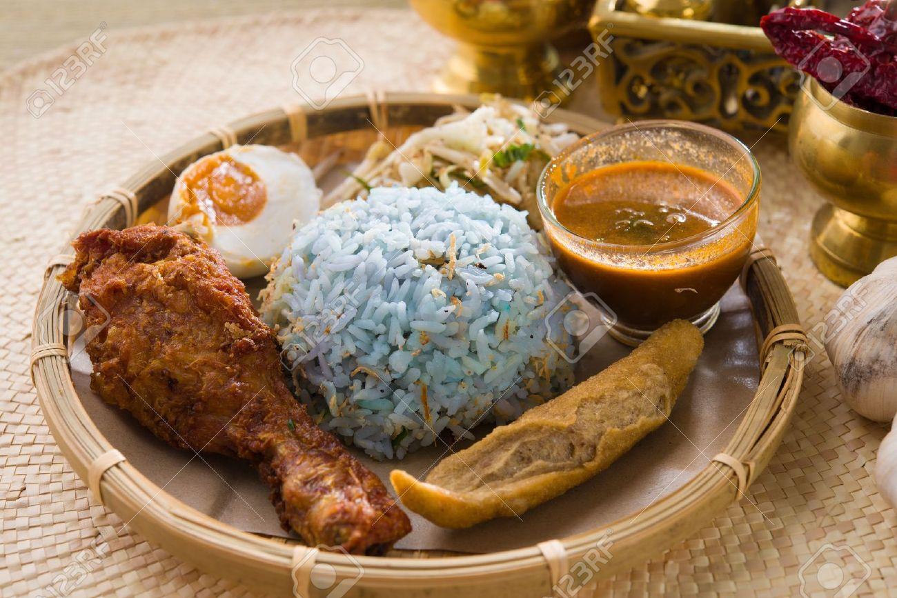 Traditionele maleisische eten. nasi kerabu is een soort nasi ulam ...