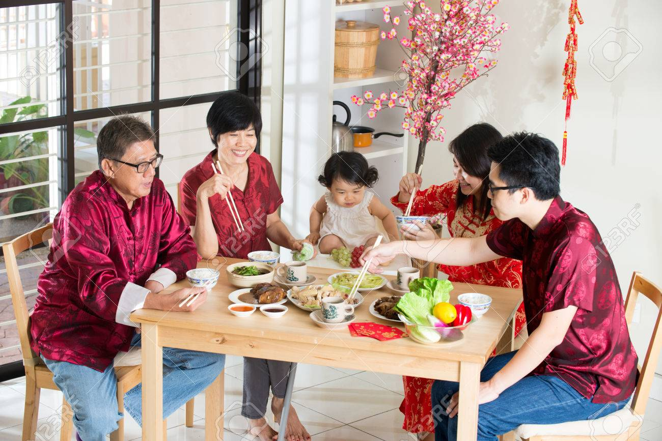 Chinese new year reunion dinner, part of Chinese culture to gather during eve Stock Photo - 42892015