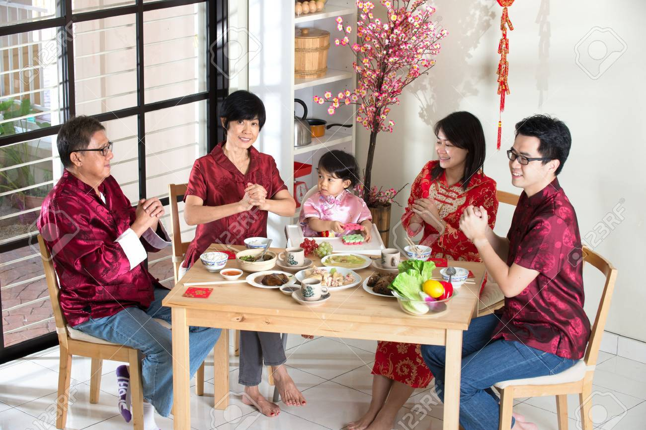 Chinesischen Familie Geben Grüße Während Der Chinesischen Neujahr ...