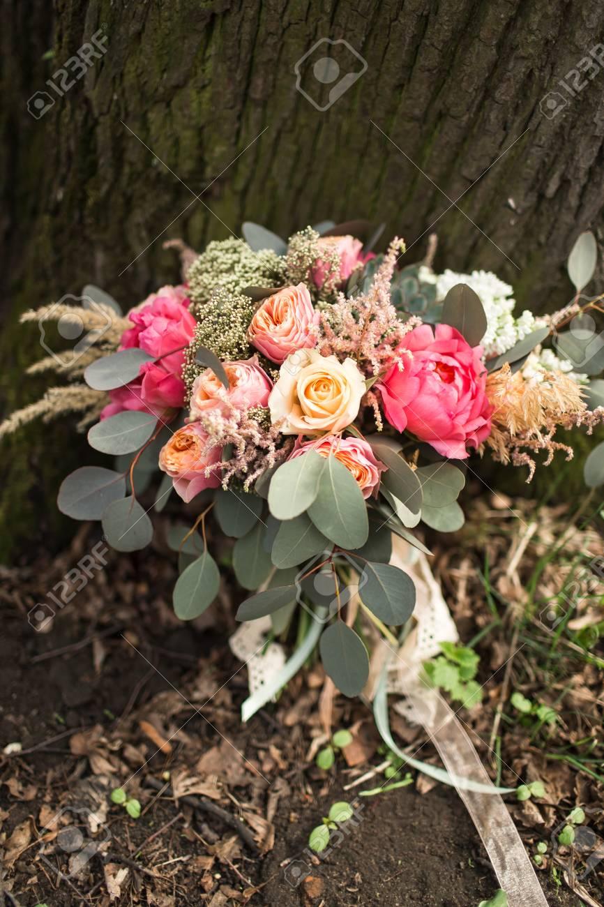 Hochzeitsstrauss Auf Natur Lizenzfreie Fotos Bilder Und Stock