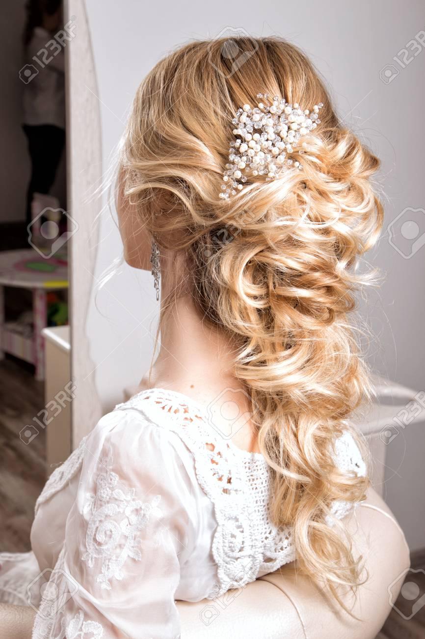 Schönheit Hochzeit Frisur. Braut. Blondes Mädchen mit dem lockigen  Haar-Styling
