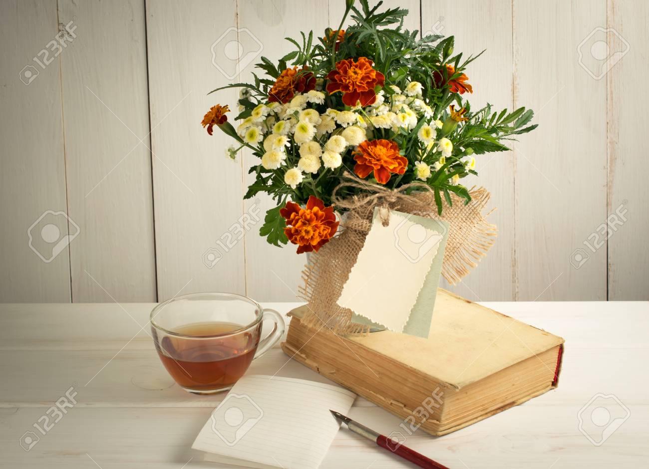 Mazzo Di Fiori Auguri.Immagini Stock Tagetes Bouquet Di Fiori Con Biglietto Di Auguri