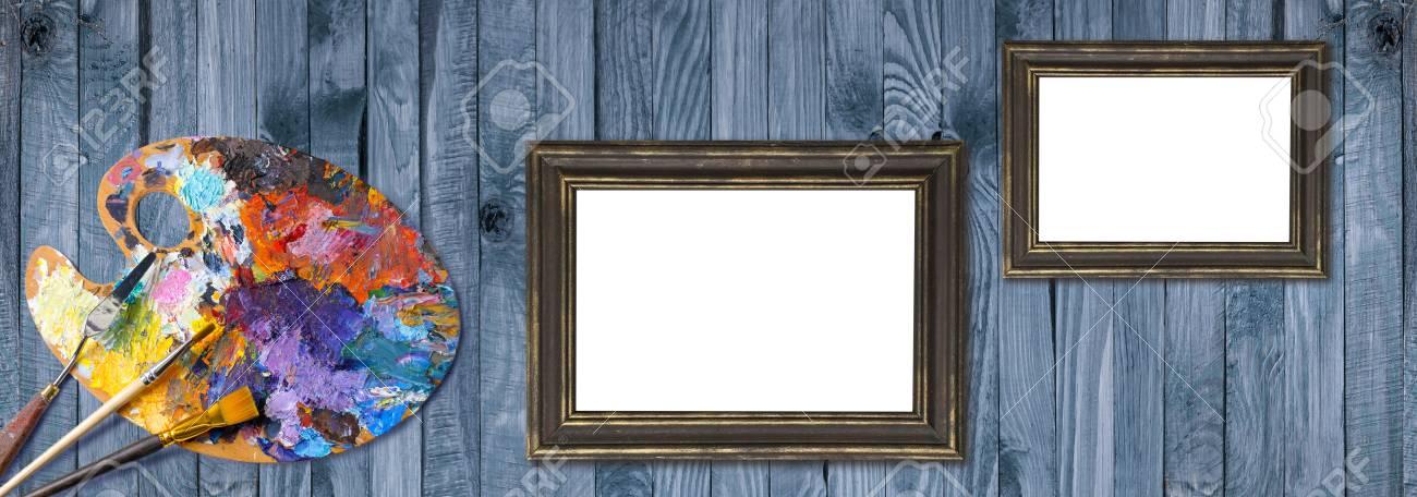 Paleta De Pinturas Al óleo Con Pinceles, Espátula Y Marcos Sobre ...