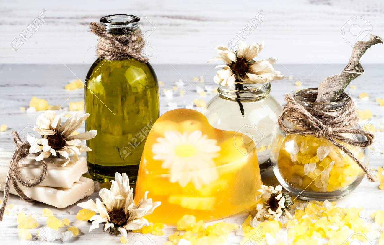 Spa sale da bagno olio erba sapone fatto a mano su un tavolo di