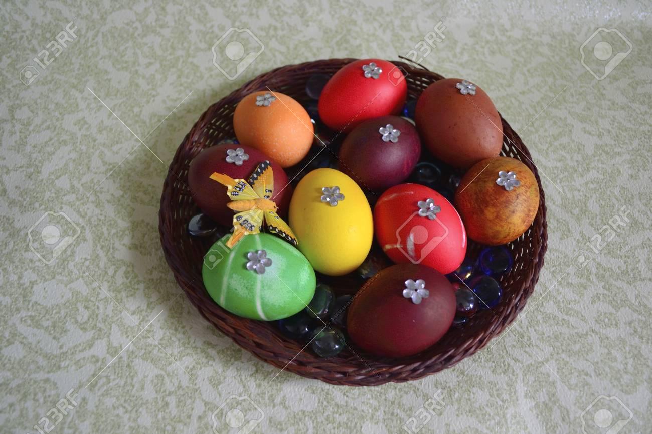 Ostereier Auf Einem Wicker-Platte Mit Lebensmittelfarbe Gefärbt Mit ...