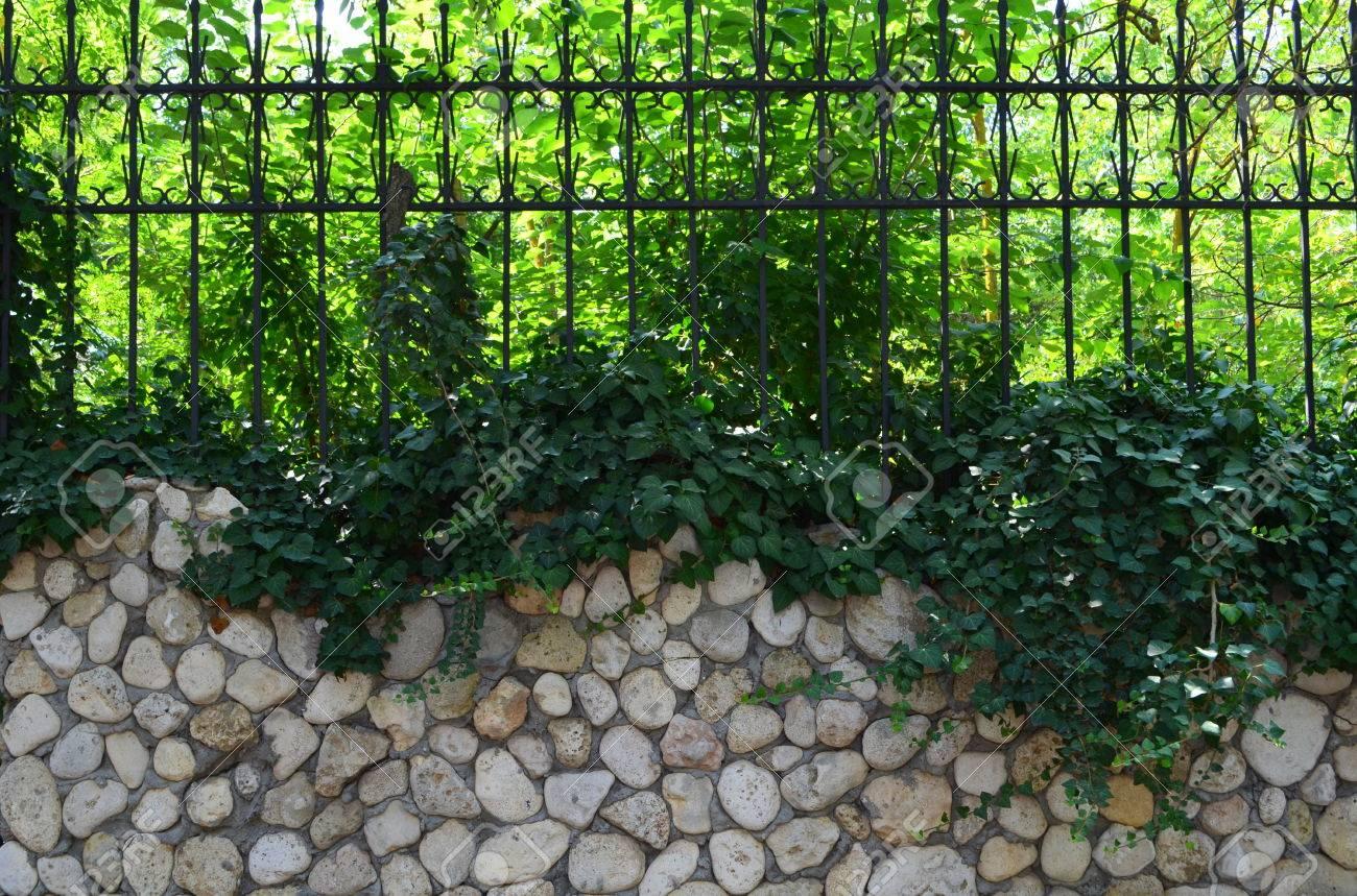 Zaun Mit Steinen Und Metall Lizenzfreie Fotos Bilder Und Stock