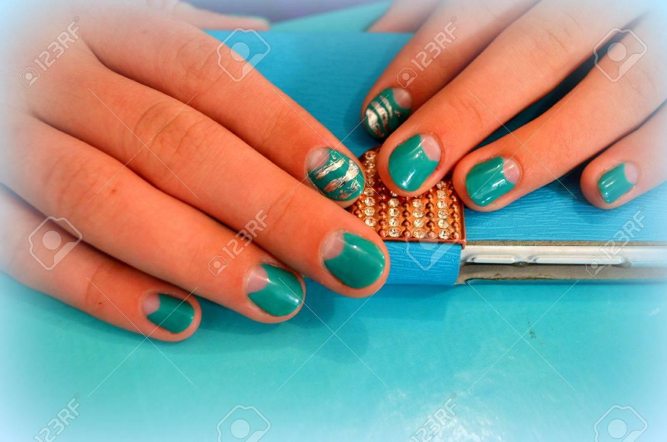 Manicura Con Gel De Barniz De Color Turquesa Las Uñas Cortas Vegetales
