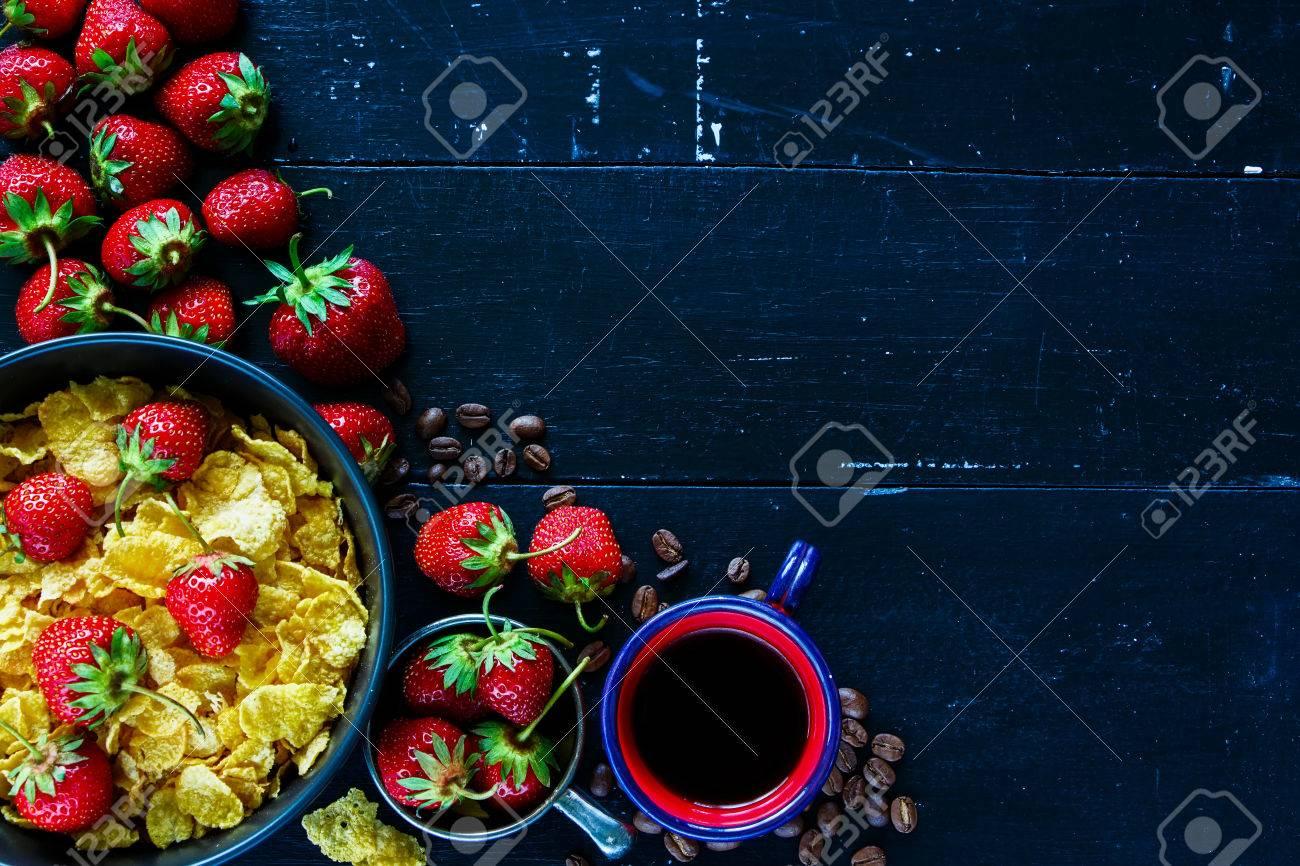 Draufsicht Auf Dunklen Grunge Küchentisch Mit Gesunden Frühstück Set ...