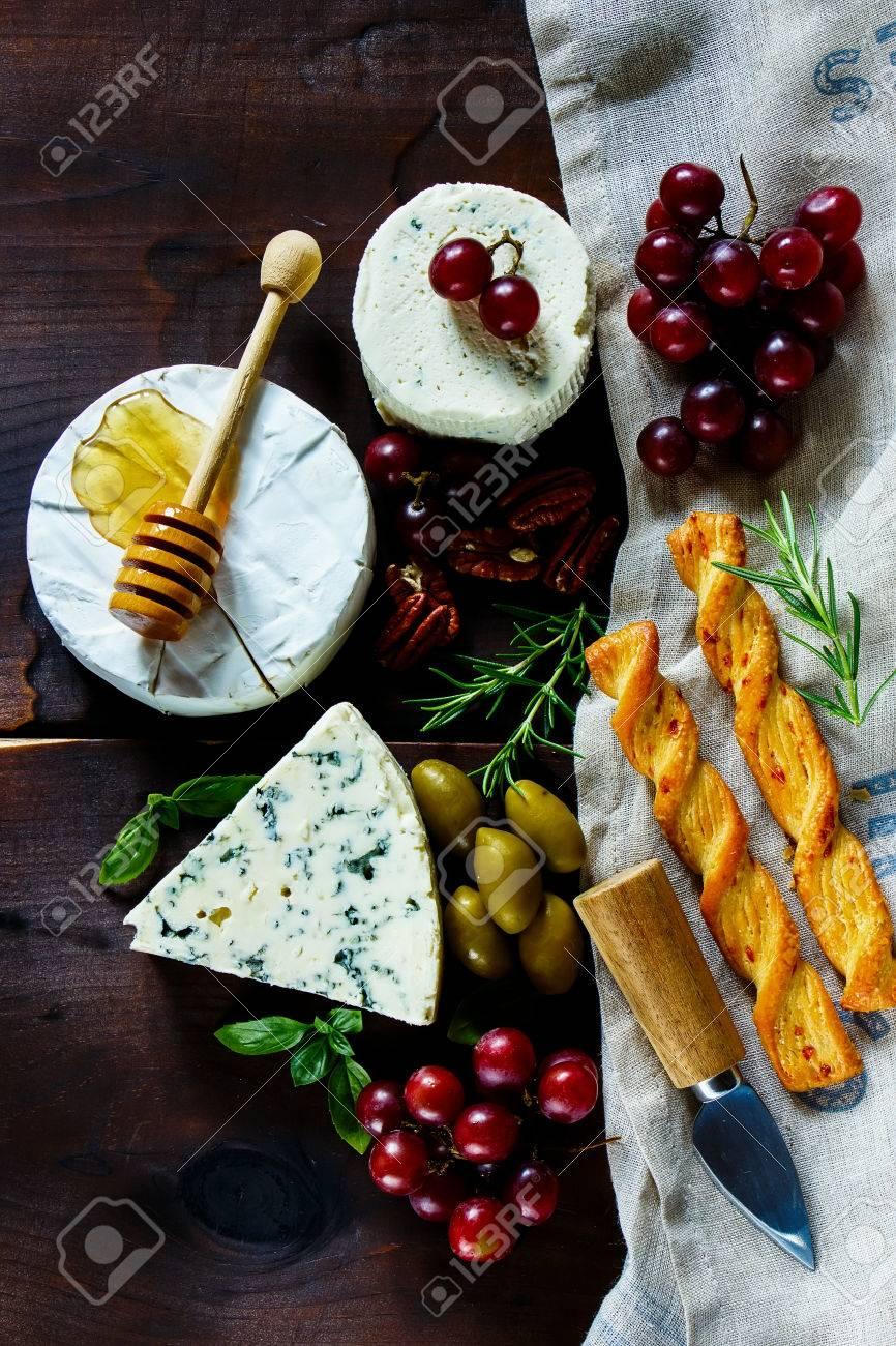 Grunge Küchentisch Mit Käse Vorspeise-Set. Vaus Arten Von Käse ...