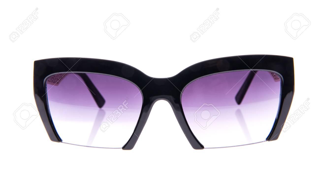 magasiner pour véritable sur les images de pieds de mode de vente chaude Lunettes de soleil noires sur fond blanc isolé