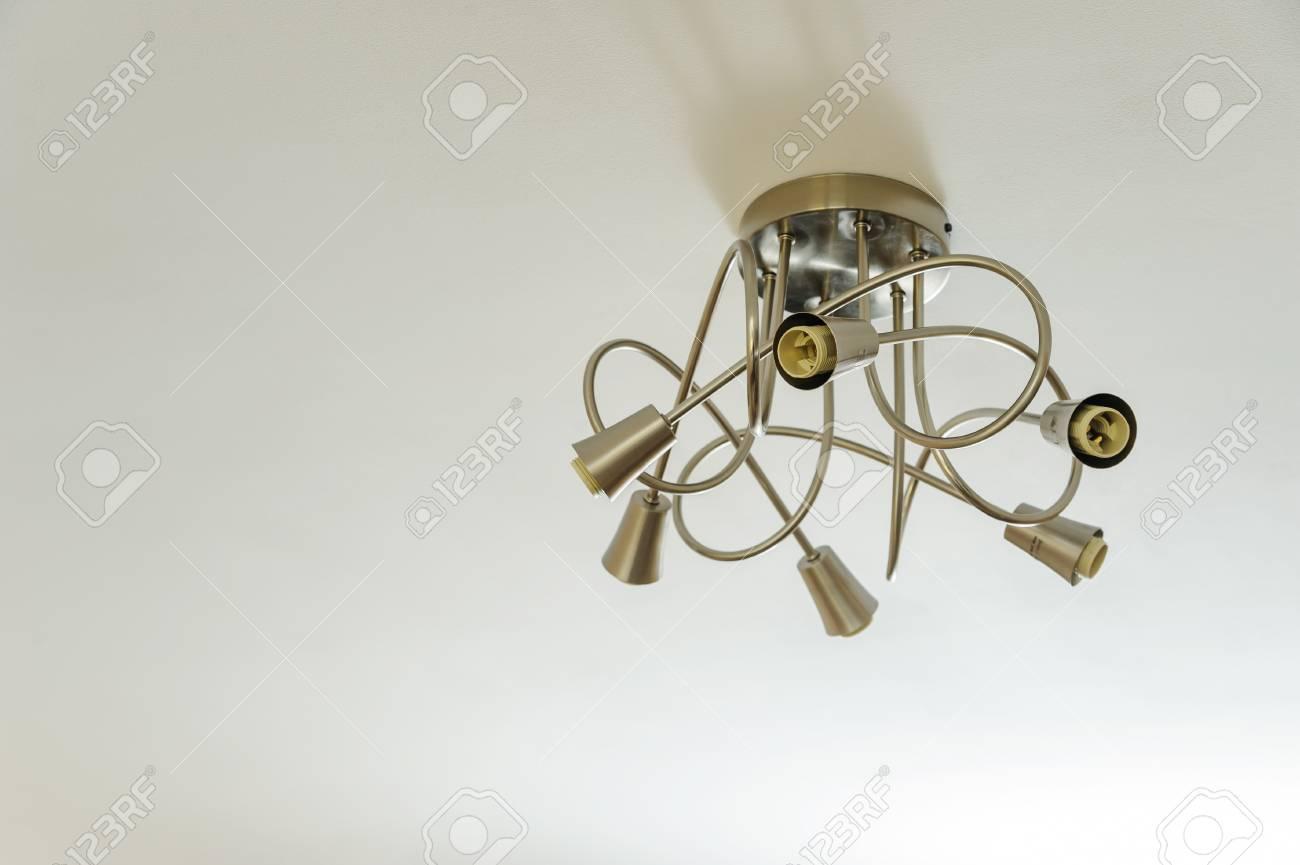 Moderne lampe ohne glühbirne ist an der decke befestigt