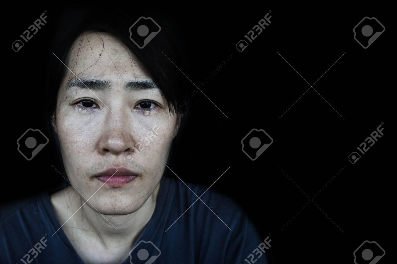Femme En Larme déprimer femme avec larme sur le noir banque d'images et photos