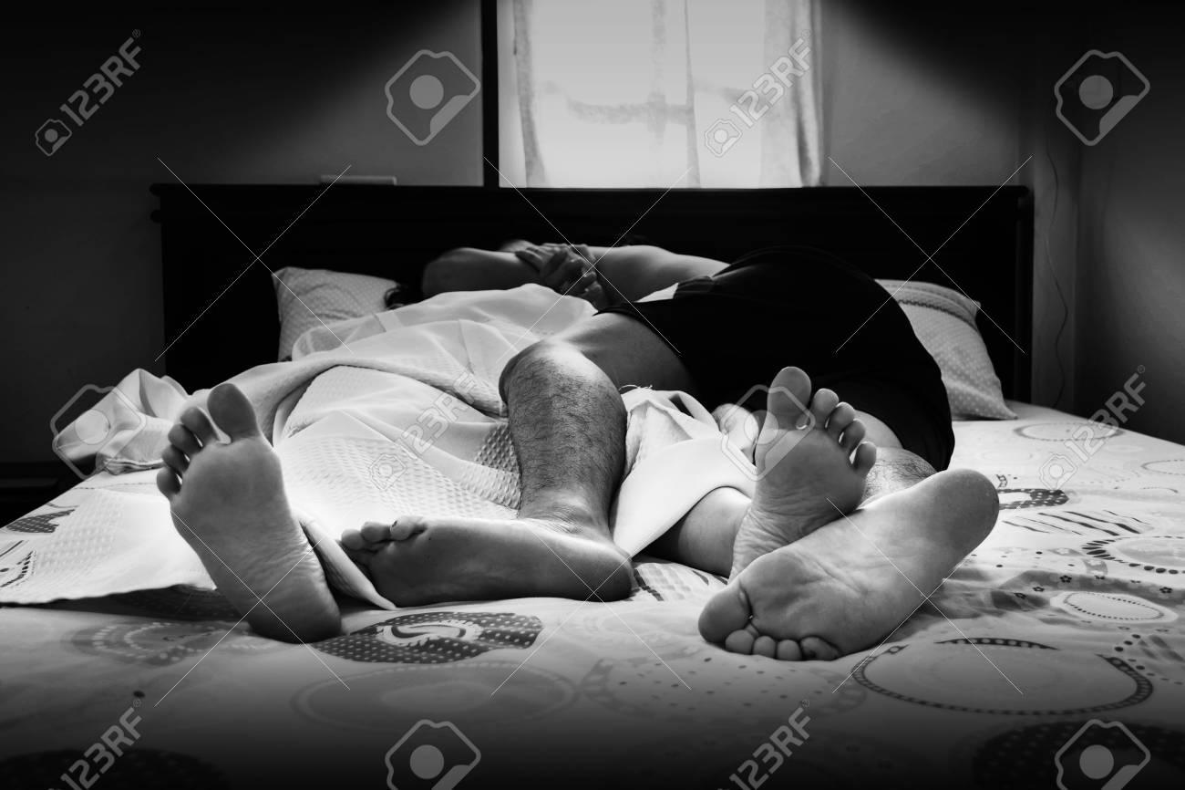 Un couple infidèle au lit