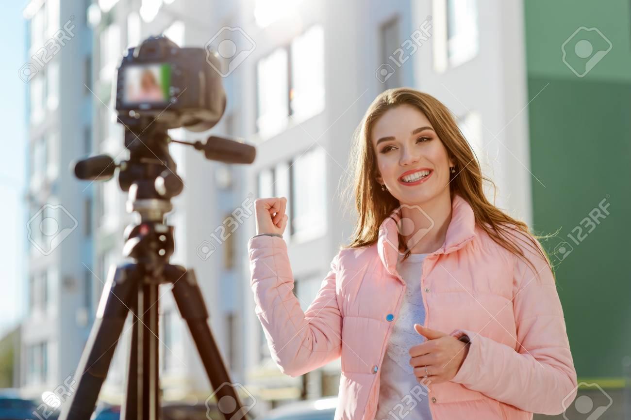 Female blogger reviews estate - 109659077