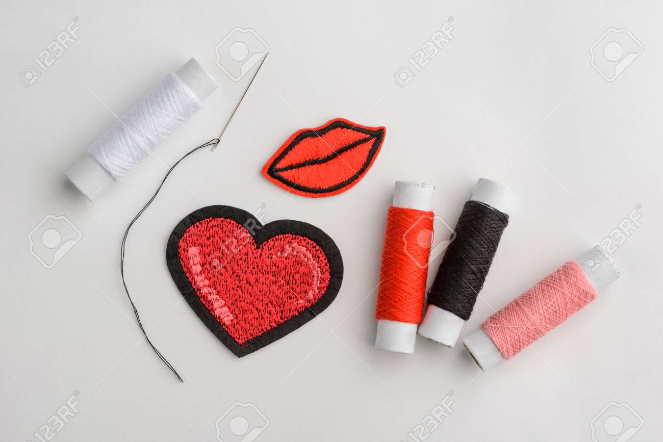 Heart and kiss embroidered patches - 118734002