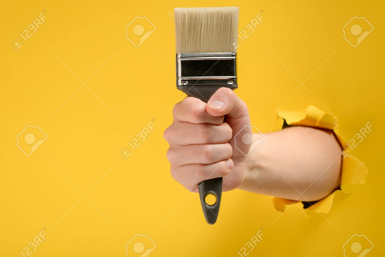 Hand holding a paint brush - 118736494