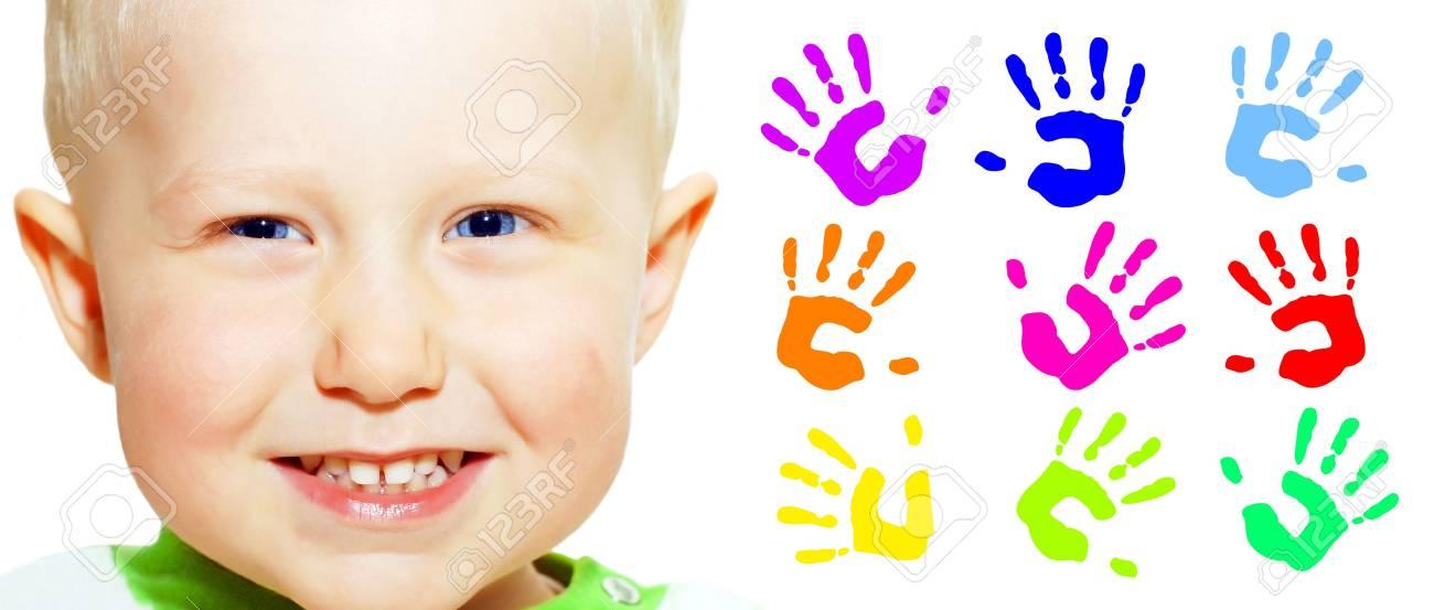 Manos De Niño Y Color De Sonrisas Jóvenes De Felicidad Fotos ...