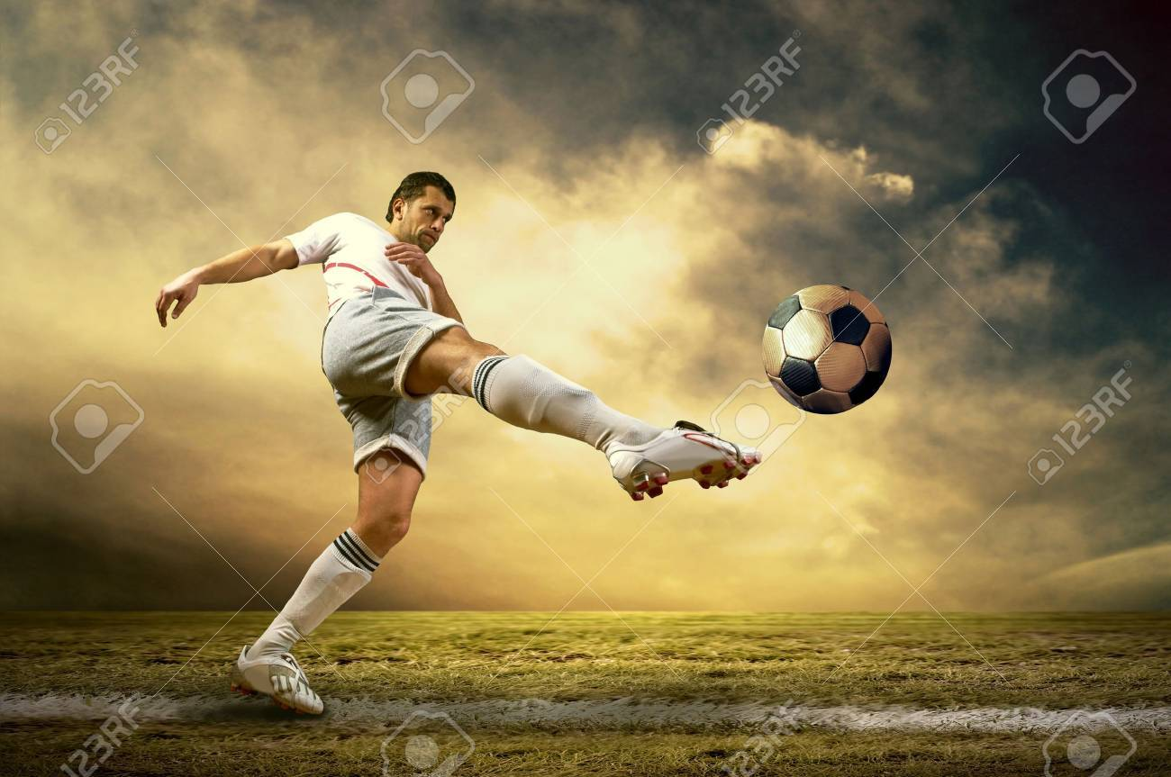 Shoot of football player on the outdoor field - 17130909