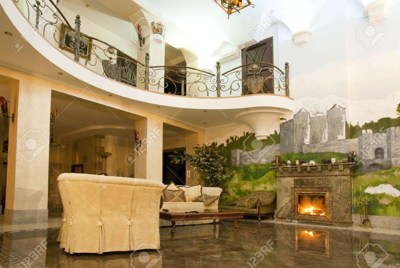 Photos du salon moderne avec une cheminée dans une luxueuse villa ...