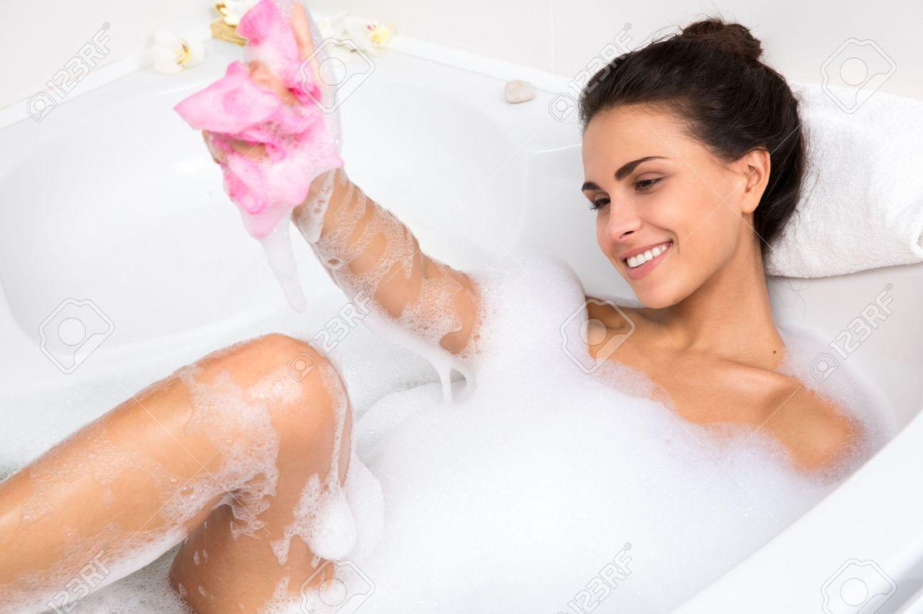 Фото в ванной с пеной девушек 21 фотография