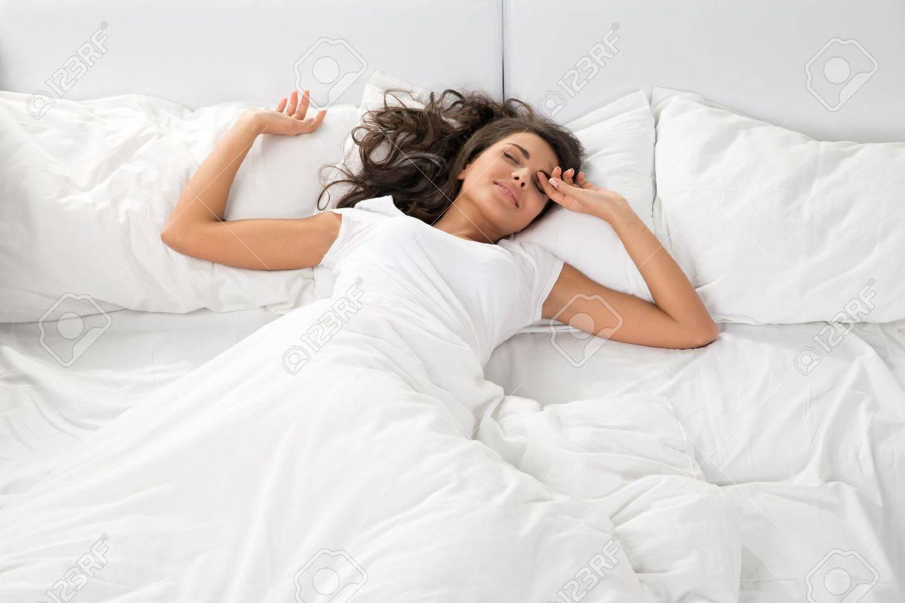 Пригласили друга в постель 8 фотография