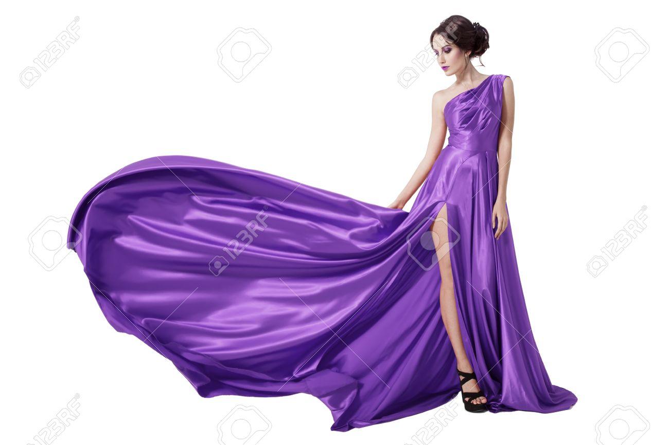 57f9c9d1a Jeune Femme Beauté de flottement robe violette. Isolé sur fond blanc.