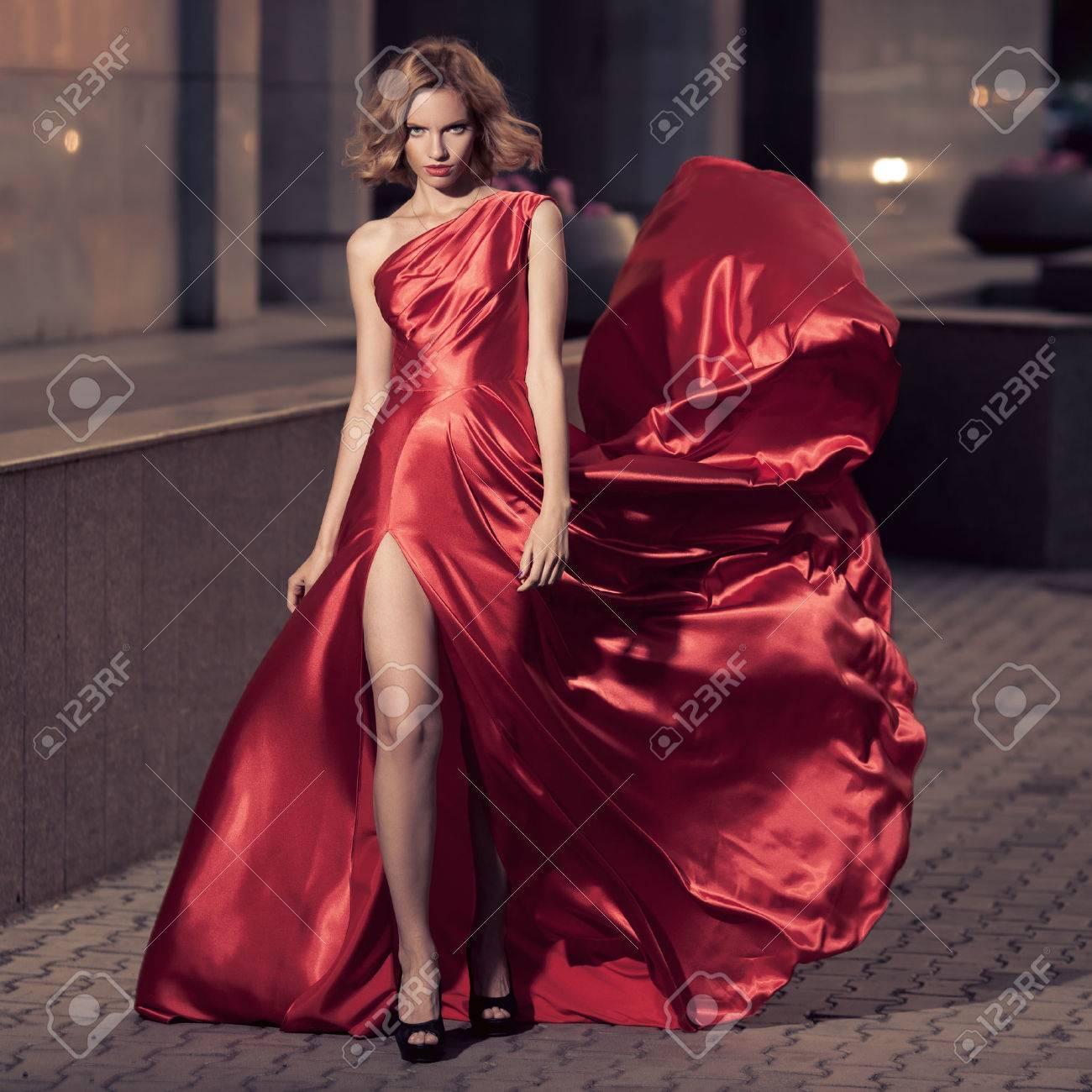best service 146d2 02091 Giovane Bella Donna In Svolazzanti Abito Rosso. Sfondo della città.