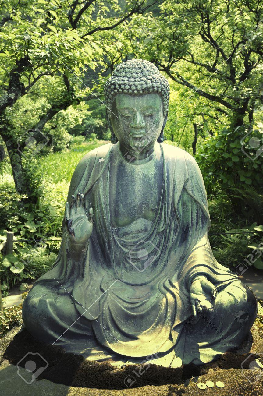 Banque Du0027images   Japonaise Statue De Bouddha Dans Un Environnement De  Jardin Zen à Kamakura, Japon; Lu0027accent Sur La Statue