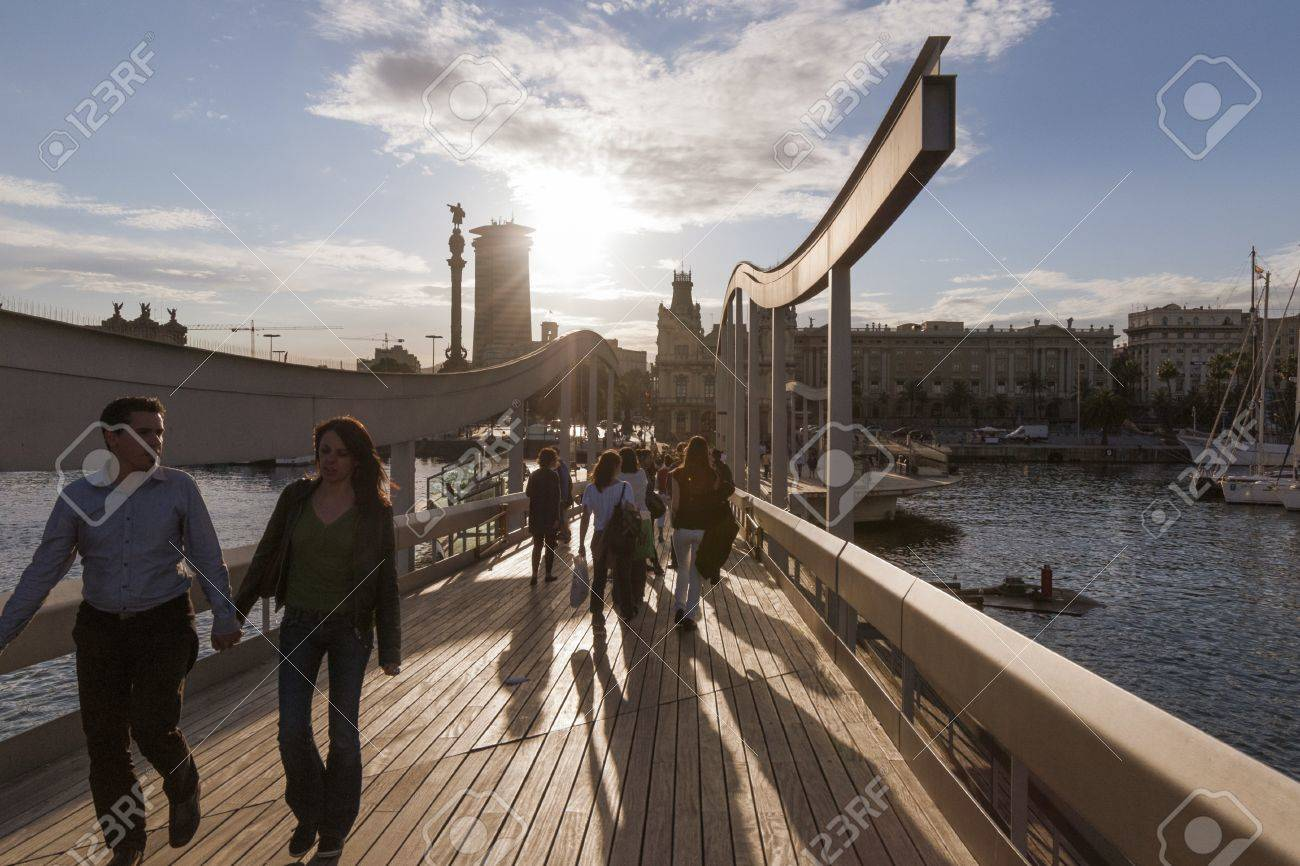 Barcelona España 15 De Junio De 2010 La Gente Camina Por La Terraza Panorámica De Madera De La Calle Rambla Del Mar De Barcelona En Los Rayos De