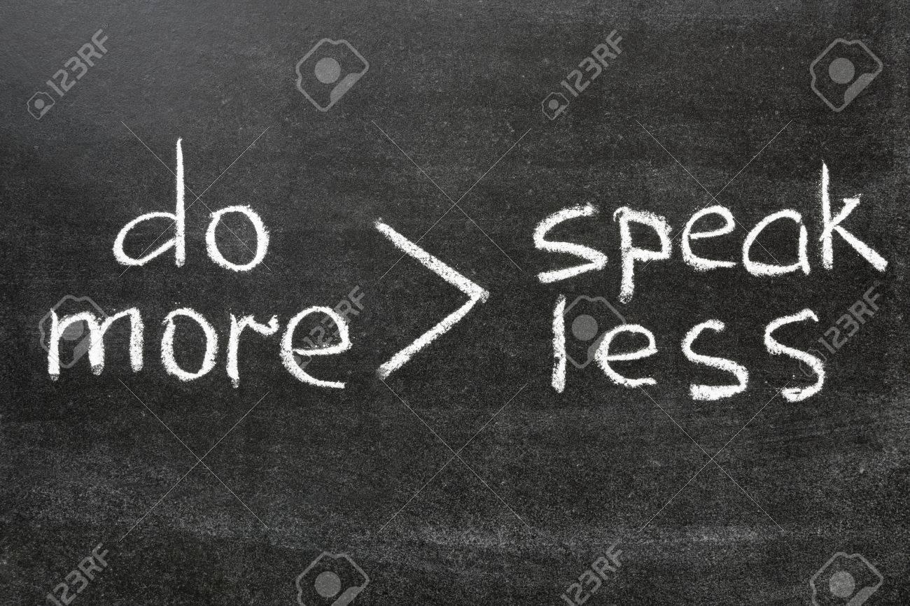 Interpretación De La Famosa Frase De Hablar Menos Hacer Más Manuscrita En La Pizarra