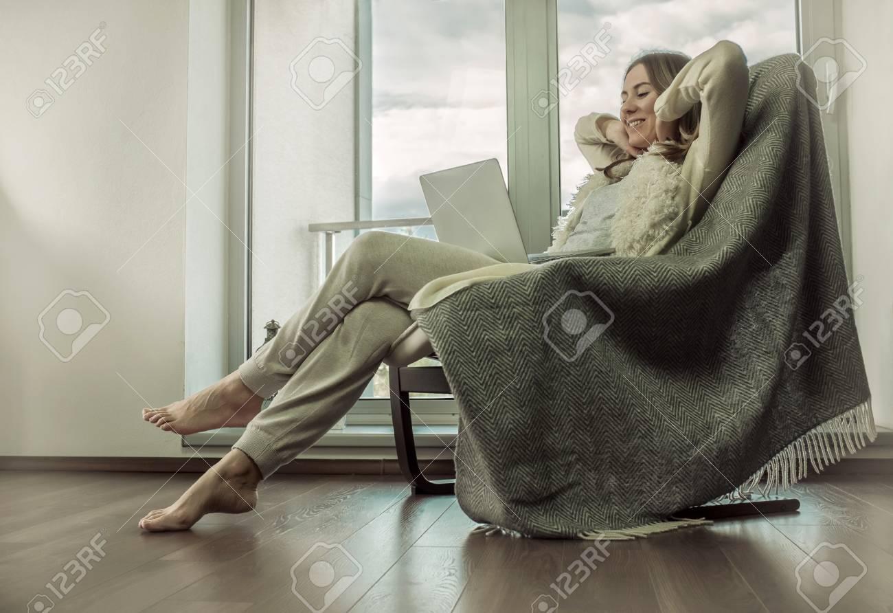 Frau Entspannt Auf Vintage Sofa Zu Hause In Der Nähe Des Fensters ...