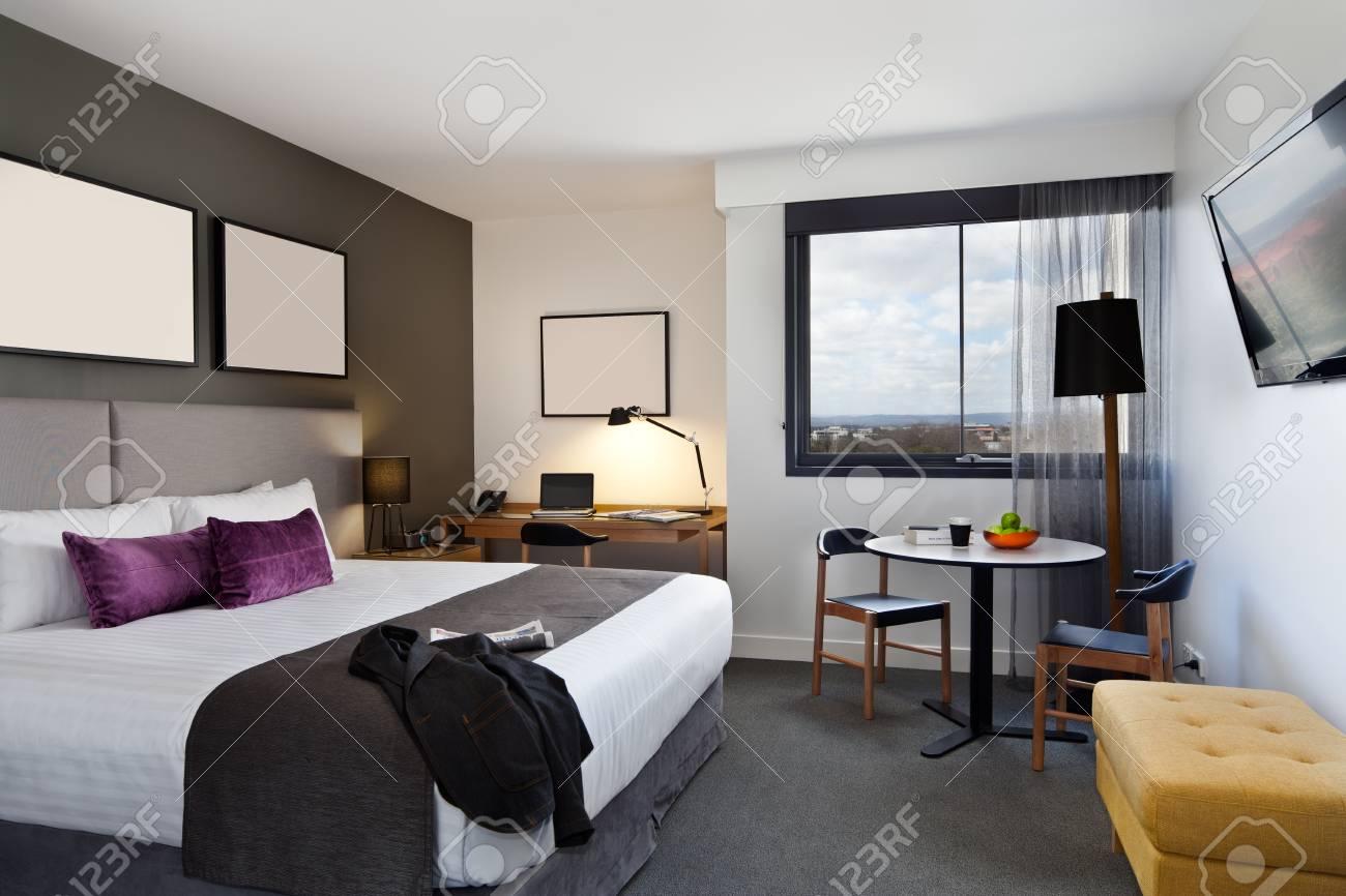 Camera da letto contemporanea e classica in appartamento