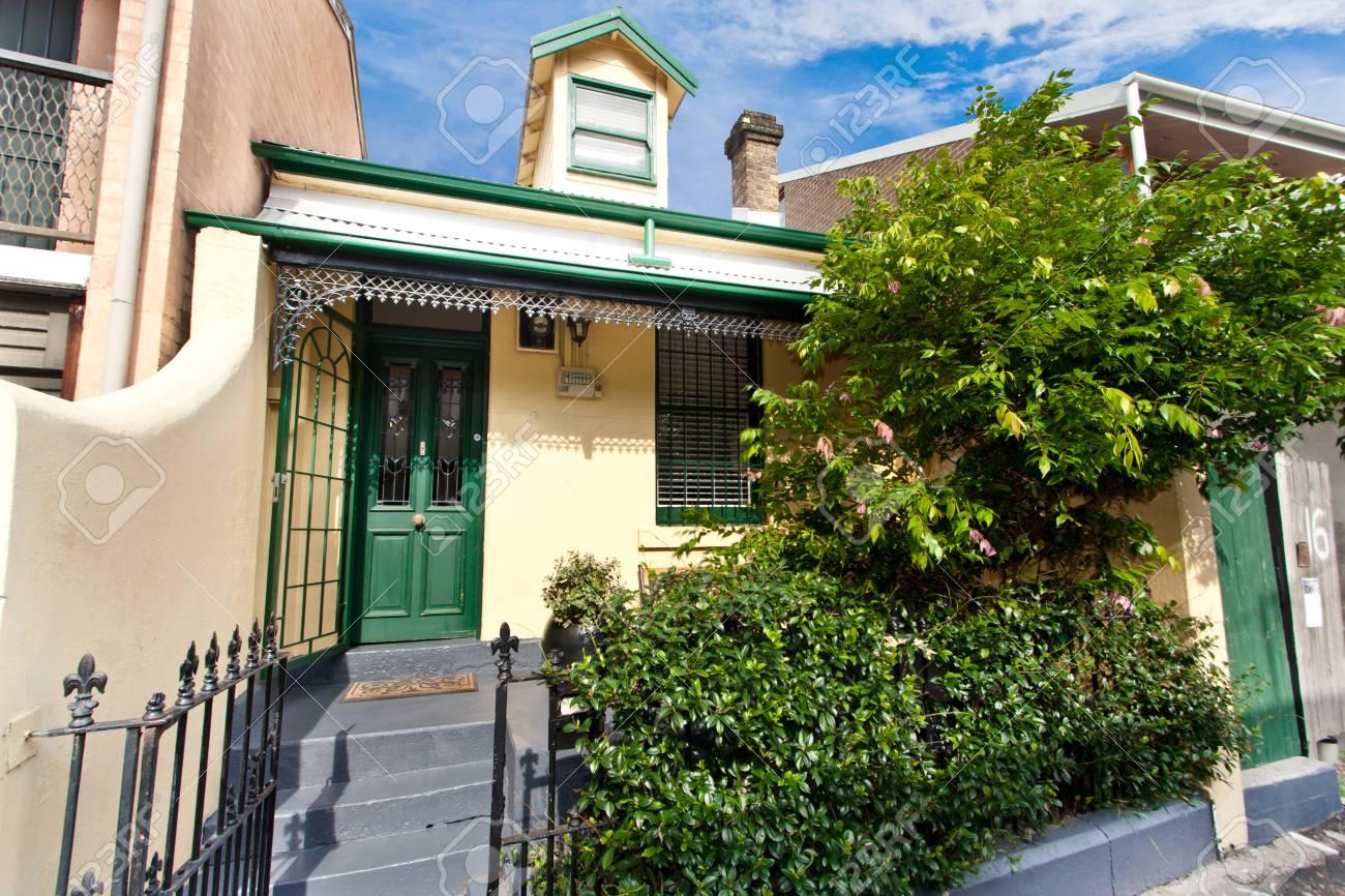 Schöne Einstöckigen Haus, Der Eingang Zum Haus, Die Tür, Lizenzfreie ...