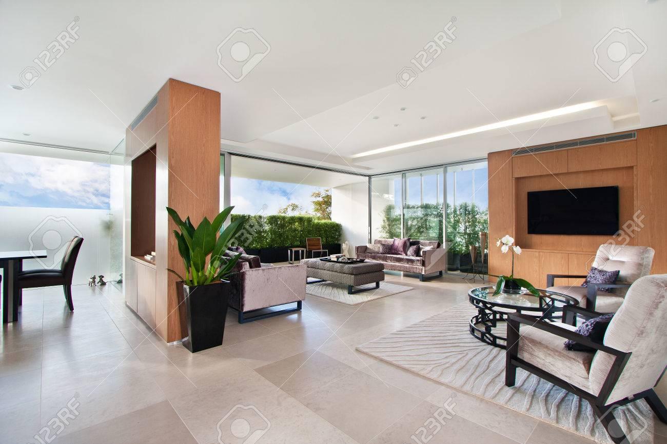 Moderne Wohnzimmer, Geräumige Große Zimmer Lizenzfreie Fotos, Bilder ...