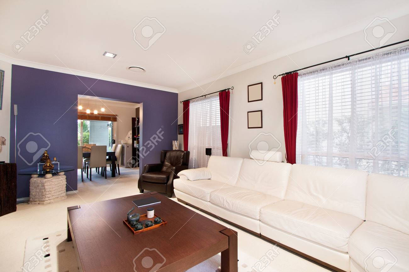 Moderne Wohnzimmer, Geräumige Große Zimmer Standard Bild   67750973