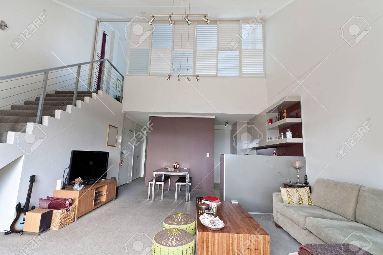 Moderne Wohnzimmer, Geräumige Große Zimmer Standard Bild   67750976