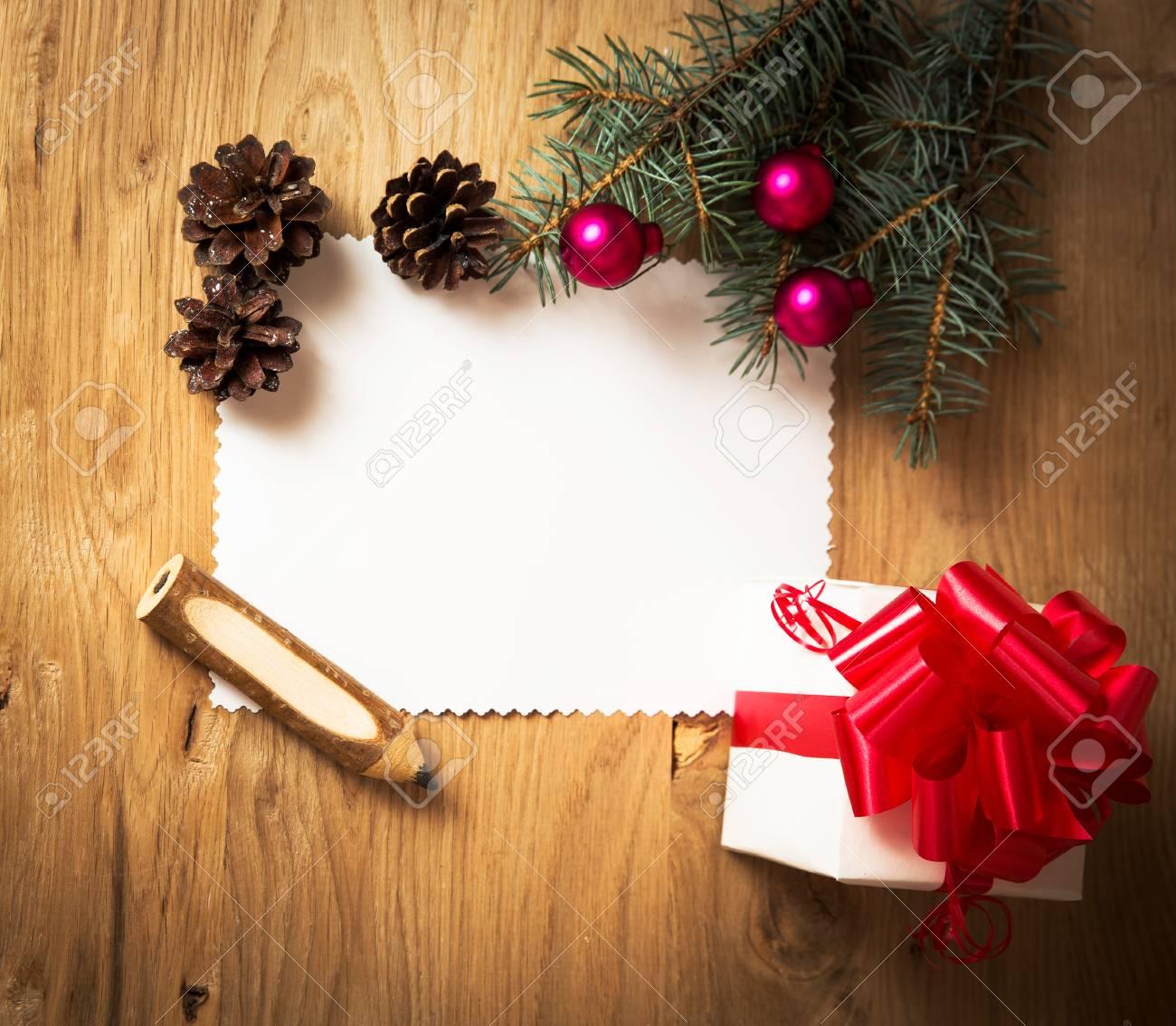 Carte De Noël Vierge Cadeau Rurale Vintage Et Une Branche Darbre De Noël Sur Fond De Bois Avec Un Cadeau