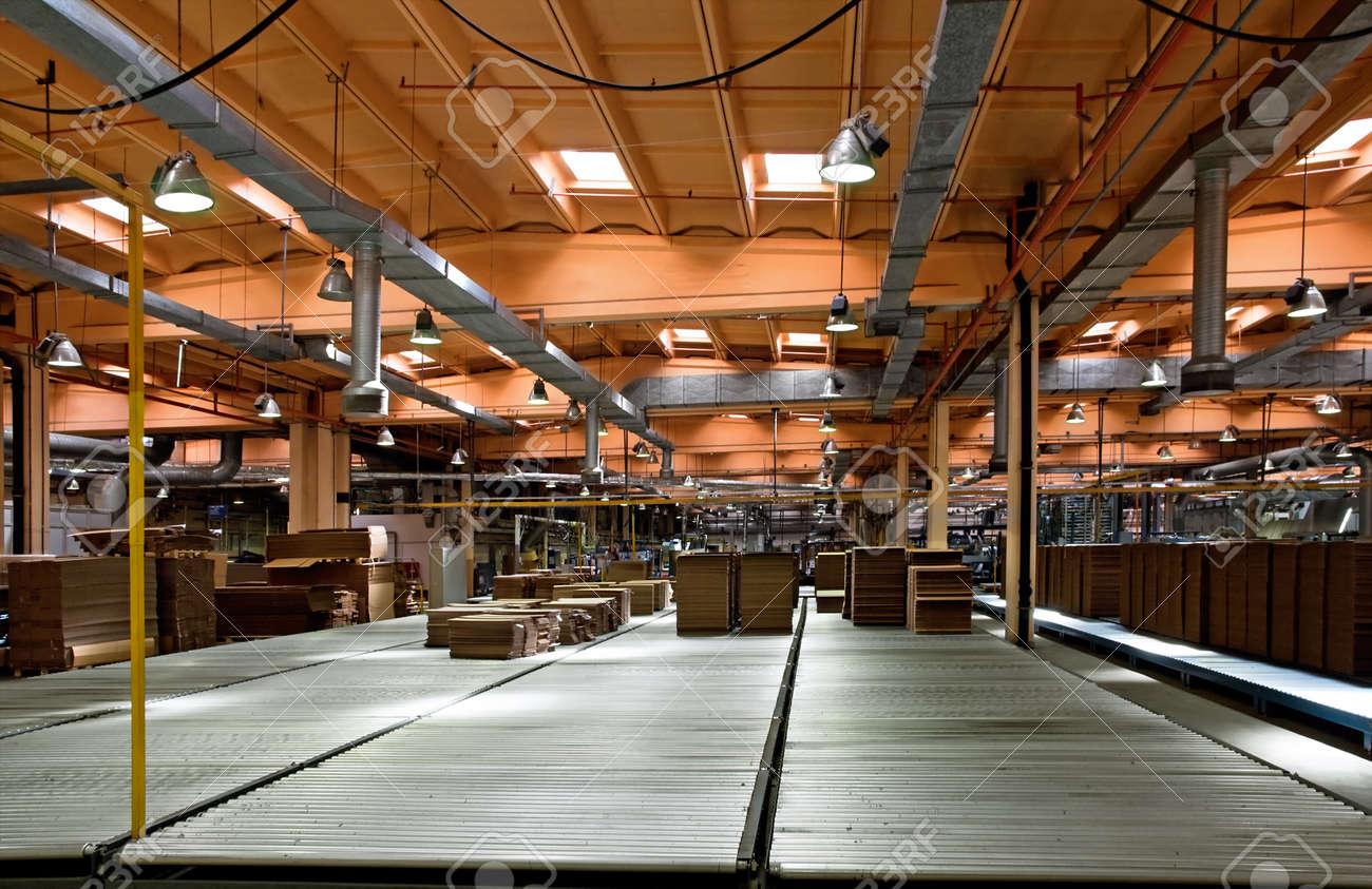 55cdbd068a58 Atelier d une usine de fabrication d un carton ondulé Banque d images