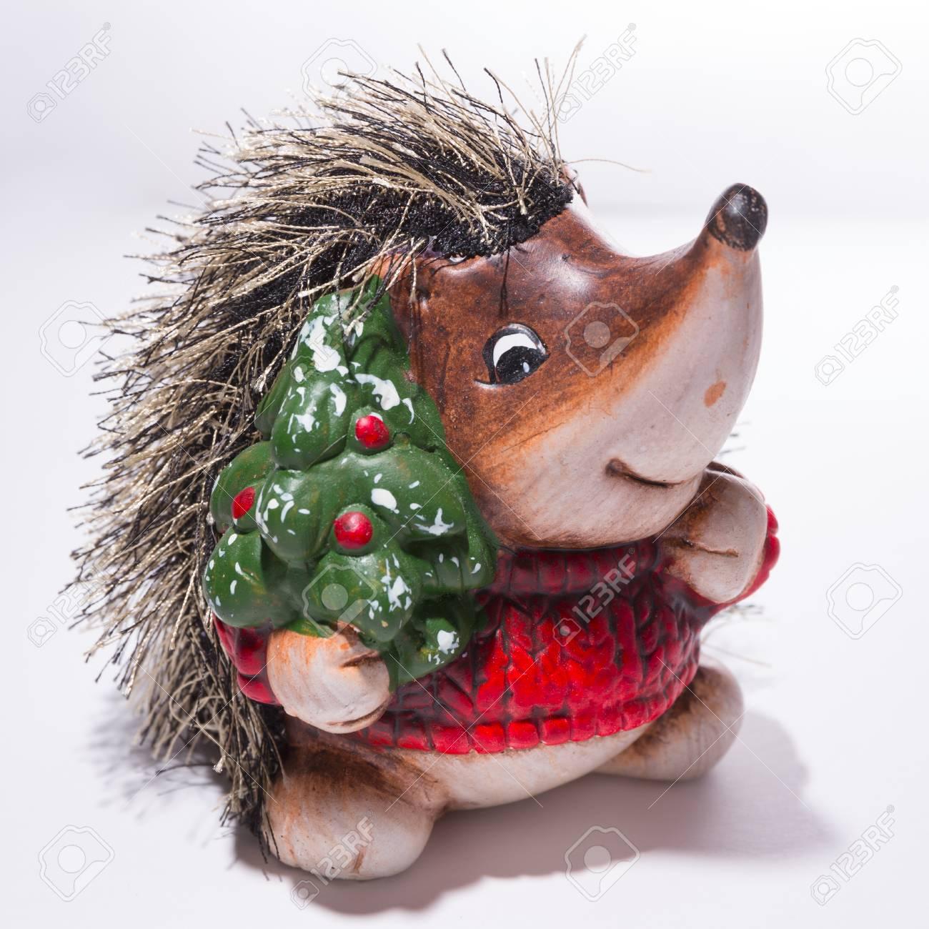 Witte Kersttrui.Beeldje Van Een Egel In Rode Kerst Trui Met Een Kerstboom