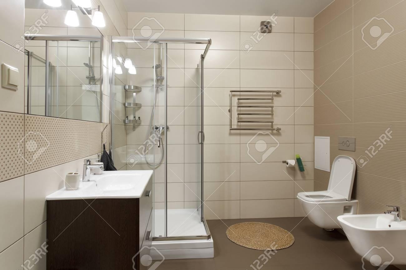 Geräumiges Badezimmer Mit Wc Bidet Und Dusche In Brauntönen