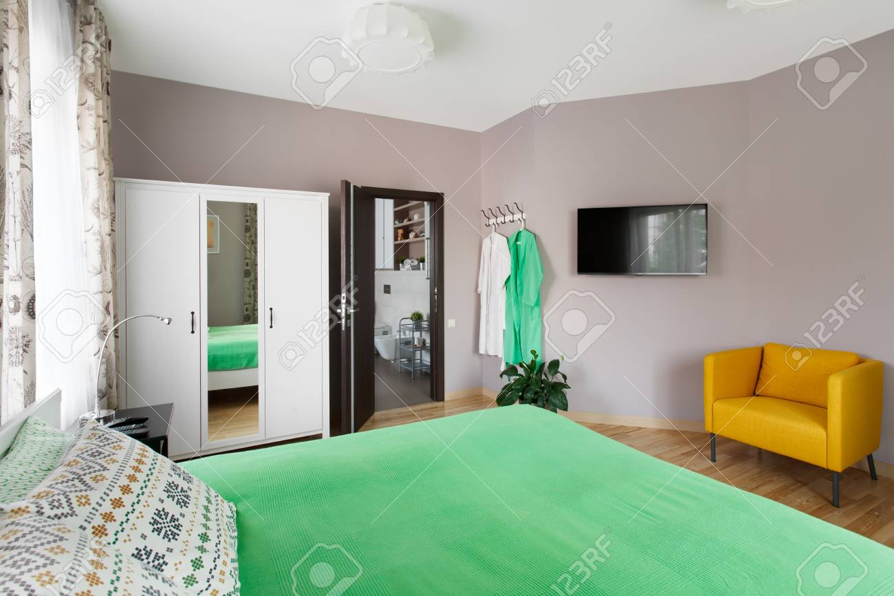 Banque Du0027images   Grande Chambre Moderne Aux Couleurs Vert Et Jaune Avec  Salle De Bain
