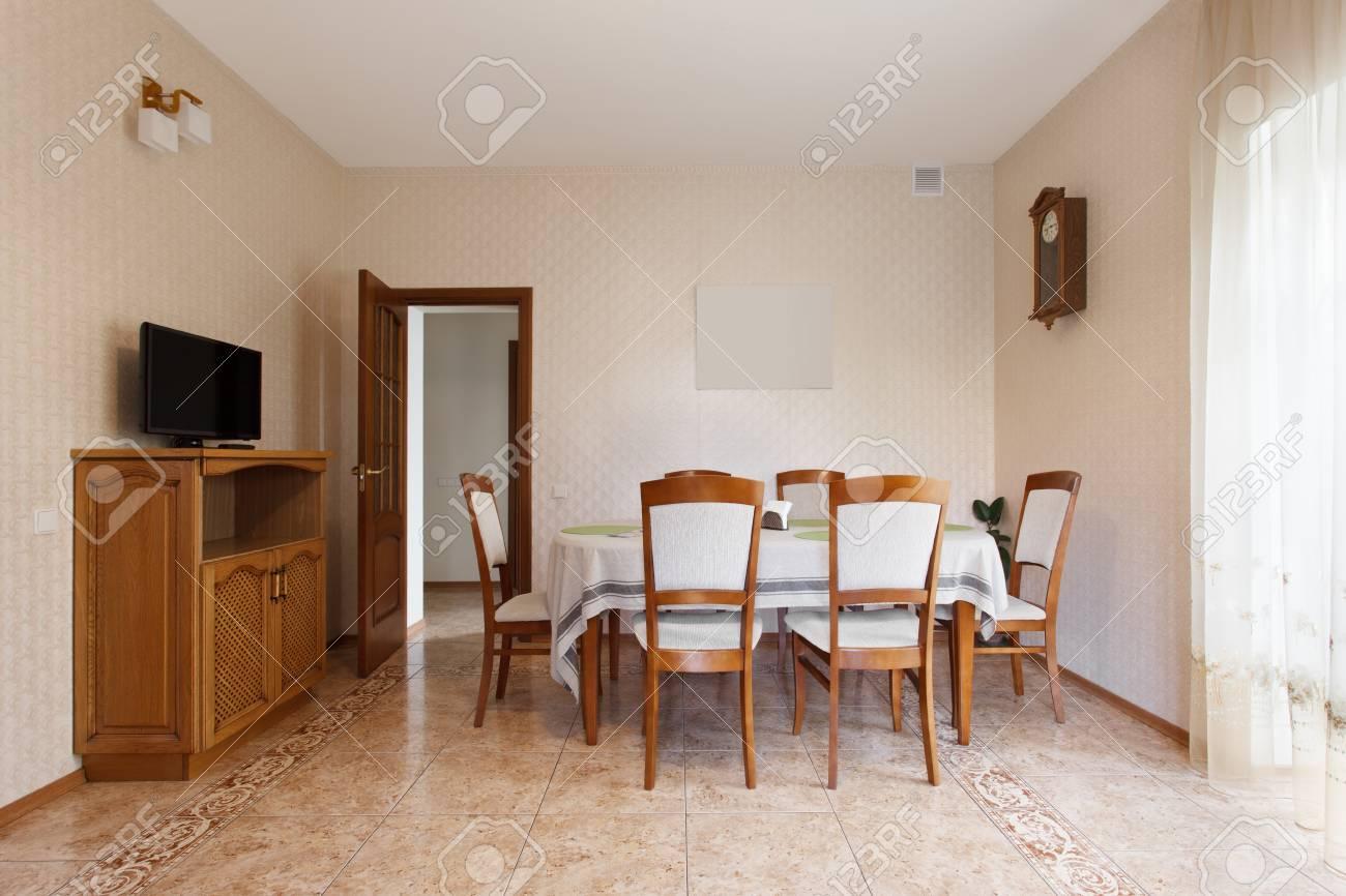 holztisch esszimmer, esszimmer mit holztisch und stühlen in herrenhaus lizenzfreie fotos, Design ideen