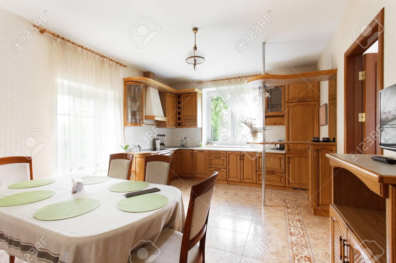 Küche Kombiniert Mit Dem Esszimmer In Der Villa. Innenarchitektur ...