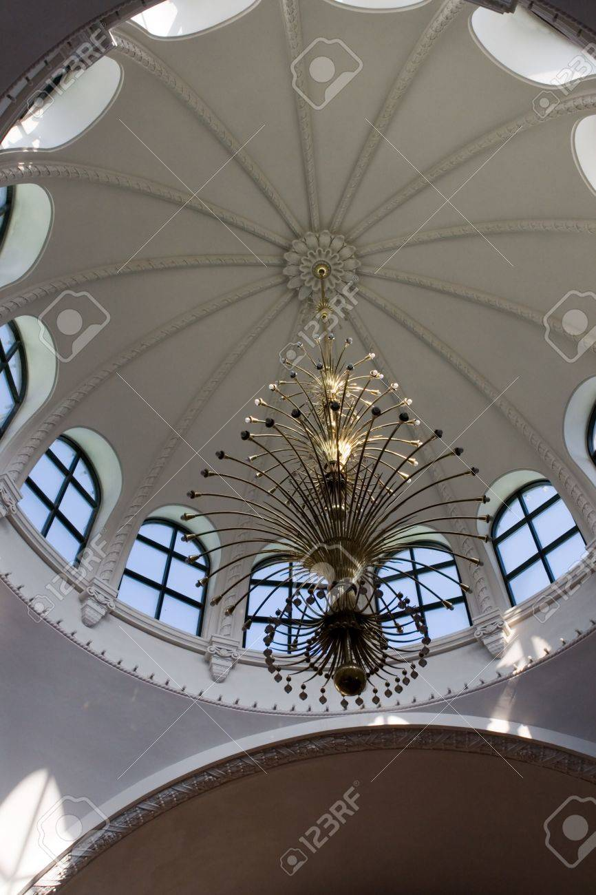 Lampadario, lucernario e soffitto per sfondo foto royalty free ...
