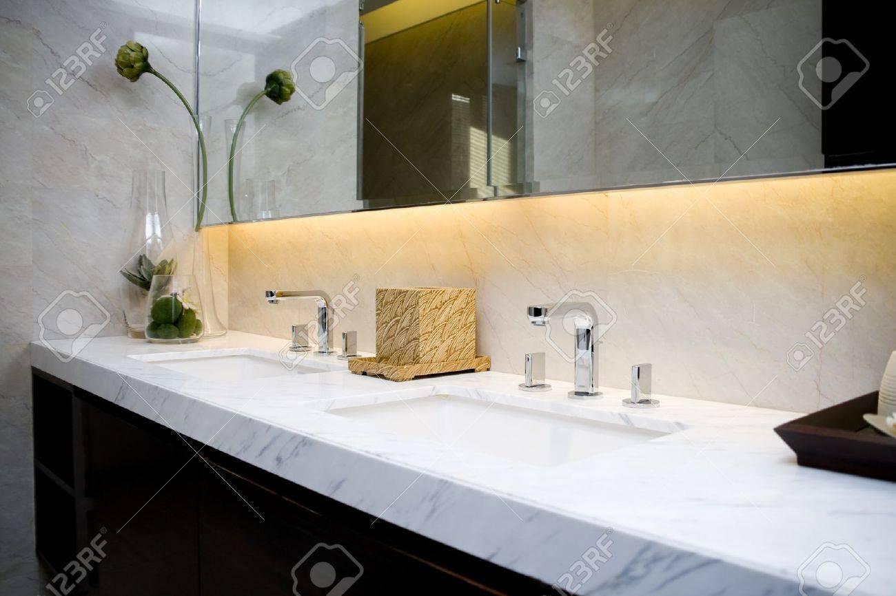 Moderno bagno con lavandini e specchio foto royalty free, immagini ...