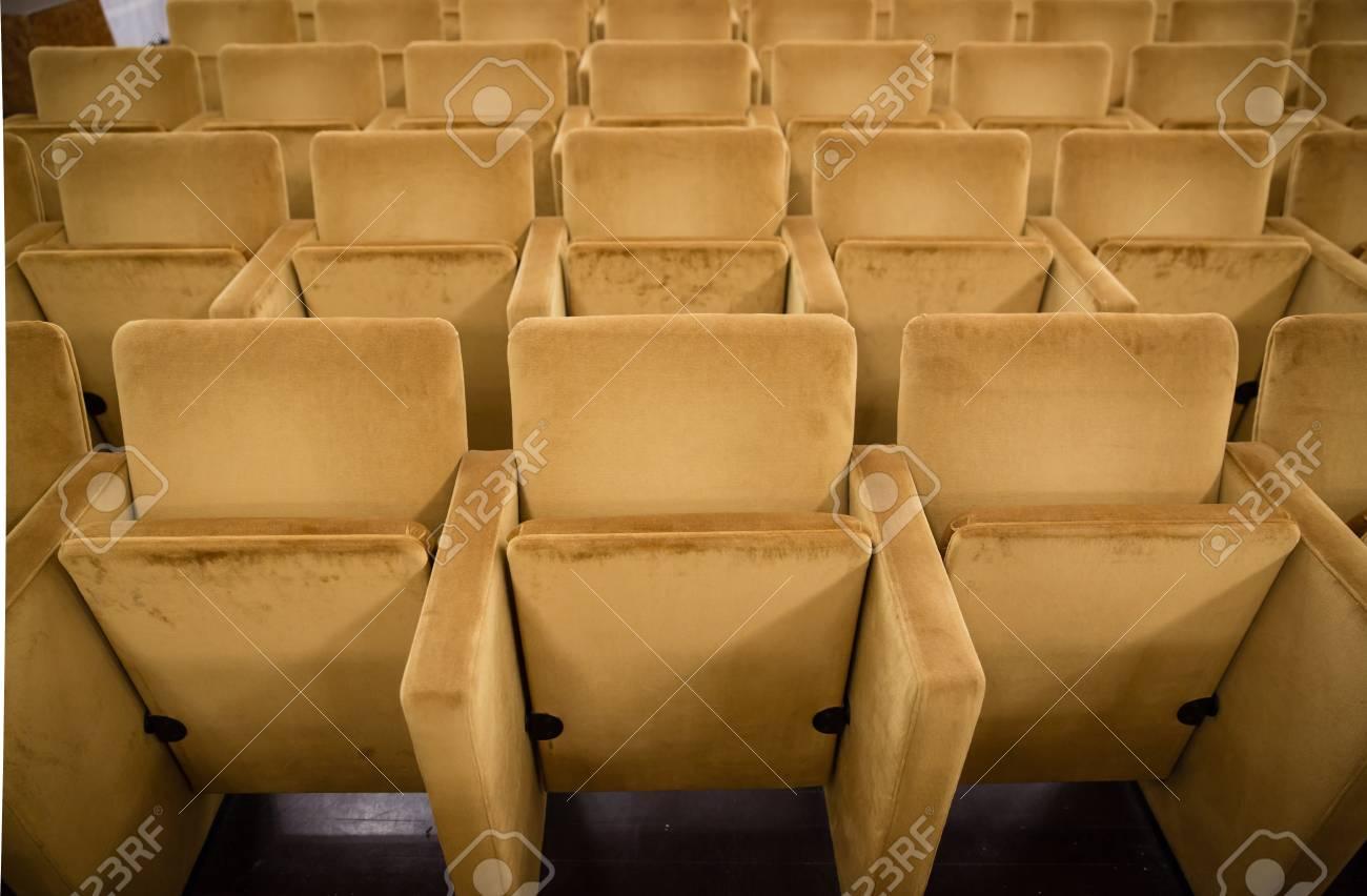 Teatro Le Sedie.Sedie Vuote Al Cinema O Teatro Con Tono Dorato