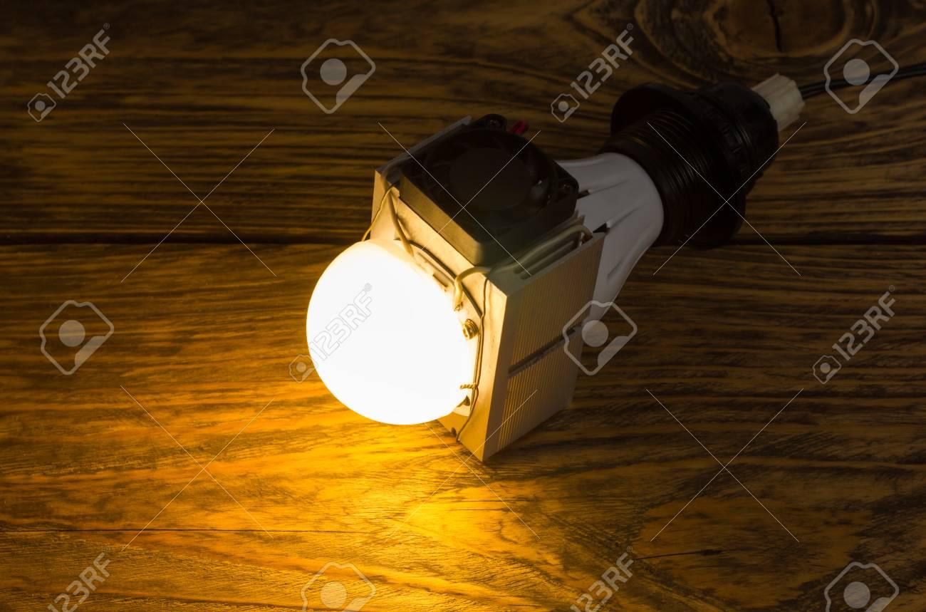Lampe Led ElleAssemblage La Et À Sur Puissance Ventillator Énorme Rapide Un Diy Laid SalissantHaute Main Avec En Radiateur nPkN0OwX8