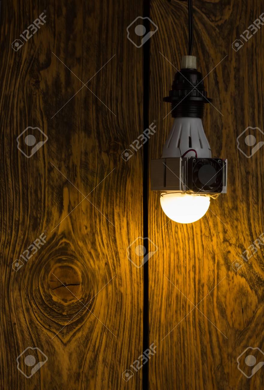 Radiateur À Main Avec Rapide Et Un Sur Énorme Lampe Led En ElleAssemblage La Puissance Diy Laid Ventillator SalissantHaute 8wmnN0